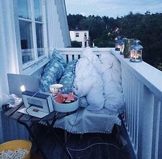 This is the ultimate sleepover goal: cozy hangout sessions. My New Room, My Room, Fun Sleepover Ideas, Sleepover Room, Cute Date Ideas, Dream Dates, Balkon Design, Summer Goals, Summer Aesthetic