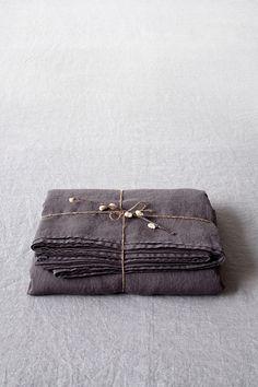Een luxe, natuurlijk ademend linnen is tijdloos om te werken in elke slaapkamer. Vellen van hoge kwaliteit beddengoed bieden het hele jaar door