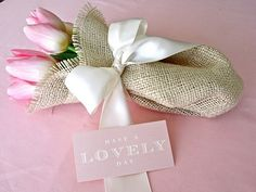 DIY Wedding Flowers: How to arrange flowers for your handmade wedding using diy carnation cones and burlap bouquets with tulips! Cupcakes Saint Valentin, Saint Valentin Diy, Valentines Bricolage, Valentines Diy, Decoration Communion, Valentines Day Card Templates, Burlap Bouquet, Diy Bouquet, Burlap Ribbon