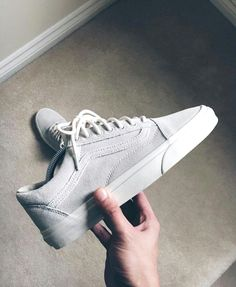 Enjoy The Sneakers You're In With These Tips. A lot of men and women absolutely love sneakers. This explains why the state of the economy factors so little in how well sneakers Vans Sneakers, Tenis Vans, Sneakers Mode, Sneakers Fashion, Fashion Shoes, Mens Fashion, Sneakers Design, Mens Vans Shoes, Gucci Sneakers