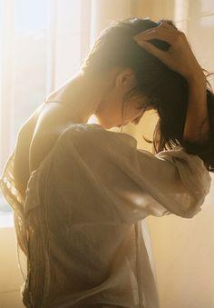 同じ香水でもつける場所によって香りの変化が楽しめます。体温の高いところでは温もりのある香り立ちに。反対に低いところでは香水の持つ個性を存分に味わえます。部分ごとの特長をご紹介しますね。 髪・うなじ…空間にシュッとひと吹きし、その下をさっとくぐって。ヘアコロンのようにさりげなく香ります。 肩…自分で香りが楽しめるベストな位置。大好きな香りでリラックス効果も◎。 手首…手首の内側にひと吹き。美しい所作とともにいい香りがしたら、それだけで素敵に見えちゃいますよね。 ひじの内側…汗をかきにくいため、香水本来の香りを楽しみやすいです。脈打つ部位なので香りが立ちやすい面も。 ひざの裏…香りが下から上へ立ち上がるため、全身が包まれるように香ります。 足首…足首に軽くひと吹き。歩いたり、足を組みかえたりたりしたときにやさしく香るのも魅力です。 腰・背中…体温であたためられ、温もりを感じる香り立ちに。自分だけでなく、まわりの人にもほのかに香るでしょう。