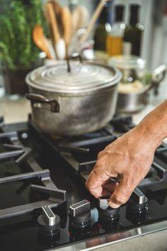 Mit FlameSelect® passt sich die Gasflamme dem Gericht an – und nicht umgekehrt. Ob Steak braten, Pasta kochen oder einen Braten schmoren: Die Hitze lässt sich so einfach wie bei einem Elektrokochfeld regulieren.