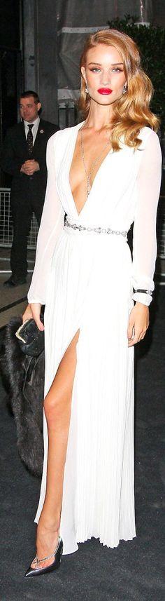 vestido longo branco com manga longa e fenda: sexy e elegante