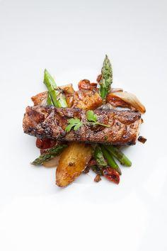 Spareribs vom Grill sind ein Klassiker in den USA. Viele verschiedene Zubereitungsmethoden existieren, die Bandbreite reicht von indirektem Grillen bis hin zum Smoken. Ich habe die Rippchen einer kleinen Thai-Massage inklusive asiatischer Marinade unterzogen und anschließend indirekt gegrillt.  Rezept mit Spargel: Spareribs sind in Deutschland bekannt als Schälrippchen und stammen vom    Recipe Asparagus with Spareribs