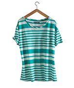 Ein neues weich fließendes Material, ideal für feminine und sommerliche Modelle. Zweifarbige und unregelmäßige Streifen. Kurze Ärmel, weiter Schnitt und eine aufgesetzte Tasche.