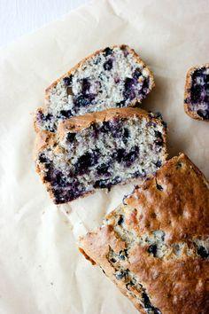 Lyst på noe godt som tar kort tid å bake? Vegansk bananbrød (banankake) med blåbær er en sikker hit. Parma, Veggie Recipes, Camembert Cheese, Curry, Veggies, Bread, Food, Meal, Vegetables