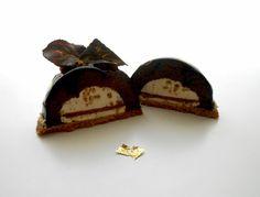 Semisfera al biscotto con cuore di mousse ai pinoli