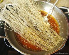 콩나물잡채 만드는 법 / 아삭아삭 초간단 콩나물잡채·매운콩나물잡채 아삭아삭 씹히는 콩나물이 맛있는 콩나물잡채~ 콩나물잡채는 사계절 어느계절이나 사랑받는 반찬입니다. 가격도 저렴한 콩나물과 당면을 이용해서 맛난 반찬 도전해 보세요. 대파가 똑 떨어져서 부추를 넣은 콩나물잡채랍니다. 콩나물잡채 레시피 보실까요. 콩나물잡채 만드는 법 1) 콩나물 150g 아삭하게 삶아 물기 빼두기 2) 당면 20g, 육수(콩나물 삶고..