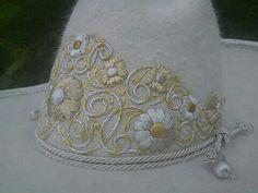 Sombrero de pelo bordado en canutillo sobre la copa 161c95b98f2