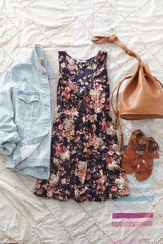 Para primavera una vestido de flores, una chaqueta jean, y unas sandalias café. Cuesta $50 USD. $44,50 Euros.