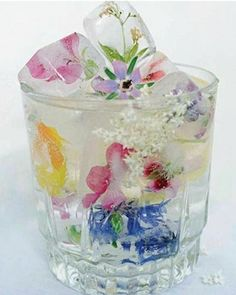 Gorgeous flower ice cubes- Perfect for a shower or entertaining. Gorgeous flower ice cubes- Perfect for a shower or entertaining. – Cocktails and Pretty Drinks Flower Ice Cubes, Fruit Ice Cubes, Snacks Für Party, Party Drinks, Baby Shower Cocktails, Parties Food, Fun Drinks, Partys, Smoothies