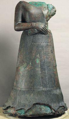QUEEN NAPIR-ASU, Susa, Kraliçe Napir-Asu bölgesinin Irana yaşam boyu bronz ve bakır heykel, en güçlü Elam krallarından biri, Untash-Napirisha eşi heykeli.  Heykeltıraş büyük heykelin maliyetini artıran bir oyuk döküm bakır kabuk içinde sağlam bir bronz çekirdek ile heykel döküm.  Kraliçe bir tapınak kalıcı, taşınmaz adak olarak o portre diledi.  Silindirik hacim Mezopotamya içgüdüsü yine açıktır.  Sıkı siluet, sıkı cepheden ve vücuda yakın tutulan sıkıca geçti elleri tüm Sümer heykelcikler…