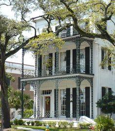 Beautiful old home in Mobile, Alabama. Estilo das antigas casas das cidades do litoral do golfo.