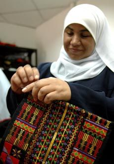 A Bedouin woman in the Negev village Palestinian Embroidery, Cross Stitch Designs, Geography, Bridal Dresses, Countries, Textiles, Cookies, Woman, Knitting