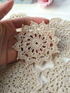 Granny Square Crochet Pattern, Crochet Flower Patterns, Crochet Squares, Crochet Flowers, Lace Doilies, Crochet Doilies, Crochet Lace, Crochet Edgings, Crochet Needles