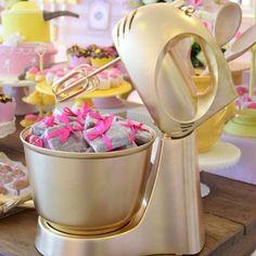 Pra salvar na pastinha de inspirações pro chá: batedeira toda dourada pra compor a mesa! Fica lindo e super diferente #inspiração #bridetobe #blogdecasamento #bride #noiva #wedding #casamento #chá #chadepanela #decor #partydecor