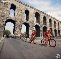 前日在伊斯坦布爾舉辦的總統杯自行車隊行經古羅馬引水道牆的景像。 ©AA