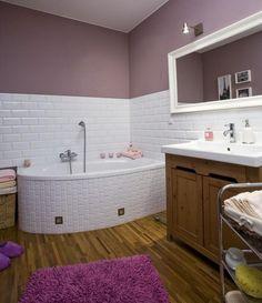 farbe badezimmer streichen flieder lila weiße fliesen badewanne