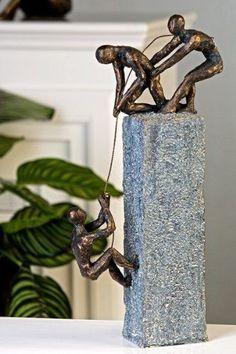 Exklusive Skulptur ASSISTANCE aus Poly in bronze/dunkelgrau Höhe 43 cm Breite 18 cm günstig und sicher online bestellen!