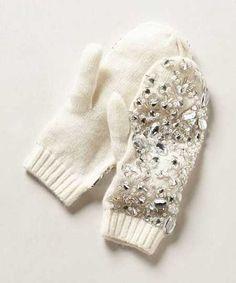 Beyaz bir eldivenin üzerindeki parlak taş detayları...