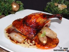 Una receta de Navidad muy tradicional es el Pato a la naranja. Se agradece que en estos días festivos en los que generalmente pasamos varias horas en la cocina preparando un suculento menú, haya platos tan sencillos y deliciosos como este.El Pato a la naranja puede prepararse con distintos condimentos, a nosotros nos gusta incluirle ingredientes habituales en la receta del pato laqueado, como la salsa de soja y la miel. El resultado es una carne muy sabrosa, jugosa y con una combinación de…