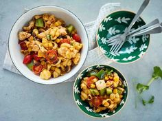 Ruokaisa broileri-pastasalaatti sopii lounaaksi tai noutopöytään.