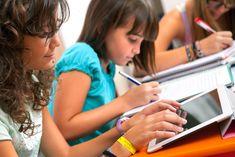 Las TICs dentro del sector educativo han impactado debido al potencial para la difusión del conocimiento, el aprendizaje efectivo y el desarrollo de servicios de educación más eficientes.