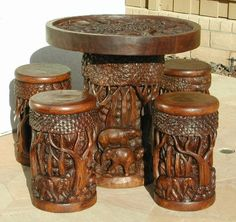 Muebles de madera tallada.
