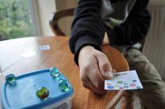 PECS, es quizá el sistema de comunicación aumentativa para autismo más extendido, y promueve el uso a nivel familiar del mismo.