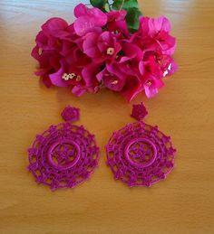 Pendientes buganvilla. Realizados a mano en crochet. Beaded Earrings, Earrings Handmade, Crochet Earrings, Handmade Jewelry, Tatting Jewelry, Jewelry Stores, Crochet Projects, Headbands, Embroidery