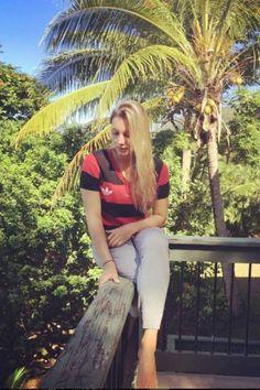 Maya Gabeira, musa do surfe, posta foto com a camisa do Flamengo e seguidores elogiam: 'Mais perfeita impossível'
