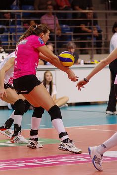Volleyball forearm pass: Pro player during CEV Champions league (Jaroslaw Popczyk) Volleyball Serve, Volleyball Skills, Volleyball Training, Coaching Volleyball, Volleyball Players, Beach Volleyball, Improve Yourself, Champions League, Passing Drills