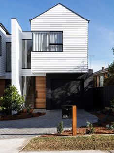 Catherine Heraghty is a master interior stylist, but she's an exteriors guru too. Take a peek at what was used in her stunning duplex facade. House Cladding, Exterior Cladding, Facade House, House Exteriors, Modern Townhouse, Townhouse Designs, Duplex House Design, Modern House Design, Facade Design