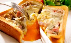 食パンにスライスチーズ、砂糖をかけてトーストした悪魔のトーストに新しいものが登場。その名も『カルボナーラトースト』!黄身にナイフを入れた瞬間に流れ出る黄身がたまらない、魅惑のトーストに注目します。