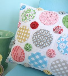Circles and Yo-yo's pillow by BeeInMyBonnet #beeinmybonnet #loriholt #rileyblakedesigns