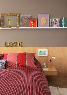 inspiração de cores Paredes brancas combinam com armário marrom e papel de parede puxando pro marrom