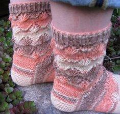 sukat: viuhkat @ www.ullaneule.net Knitting Socks, Knit Socks, Crochet Clothes, Fingerless Gloves, Arm Warmers, Mittens, Knit Crochet, Knitting Patterns, Projects To Try