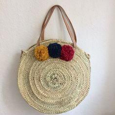 Grand panier marocain rond avec anses en cuir et pompons cotons : Autres sacs par pomponsandco