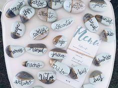 Marca sitios con piedras pintadas a mano/ Lettering #bodassrysrade /Más ideas en www.señoryseñorade.com