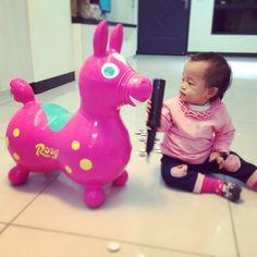 @pingpingliang - 爸媽忙著整理新家,Q妤也來湊湊熱鬧,人體掃地機器人來著的!(Q妤好像不怎麼喜愛Rody耶!竟把... - Enjoygram