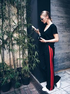 Black t-shirt+black and red trackpants+whtie sneakers+black clutch+sunglasses. Late Summer Outfit 2016 - All About Casual Chic Outfits, White Outfit Casual, Sporty Outfits, Athleisure Trend, Zara, Outfit Pantalon Rojo, Fashion Pants, Fashion Outfits, Fashion Trends