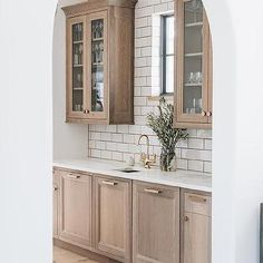 Light Brown Oak Pantry Cabinets with Brass Hardware - Transitional - Kitchen Tan Kitchen Cabinets, Quartz Kitchen Countertops, White Countertops, Pantry Cabinets, Kitchen Ideas Light Oak Cabinets, Kitchen Backsplash, Light Wood Kitchens, Brown Kitchens, White Oak Kitchen