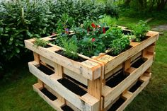 Hochbeet aus Paletten selber bauen ⭐ Bauanleitung ✔ Hochbeet aus Europalette… Building a raised bed of pallets yourself ⭐ Building instructions ✔ Create a raised bed of Euro pallets ✔ Fill ✔ Planting ✔ Instructions ✔ Tips ✔ Ideas ✔ DIY ✔ Guides Palette Beet, Palette Diy, Building Raised Beds, Pallet Building, Pallet Garden Furniture, Pallets Garden, Raised Vegetable Gardens, Raised Garden Beds, Potager Palettes
