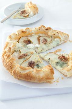 Torta salata fatta con pasta sfoglia, pere, gorgonzola e noci!
