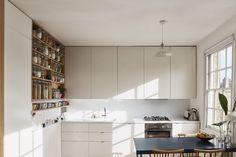 L'appartement est tout petit mais il possède toutes les qualités que j'apprécie dans un intérieur. il est lumineux, avec des murs blancs et un parquet en bois clair au sol. Il est parfaitement bien agencé tout en ayant un certain charme. Il est sobre...