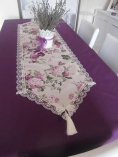 Sewing Table Vintage Ideas 40 Ideas For 2019 Table Runner And Placemats, Table Runner Pattern, Table Runners, Sewing Projects, Projects To Try, Lace Table, Sewing Table, Mug Rugs, Table Toppers