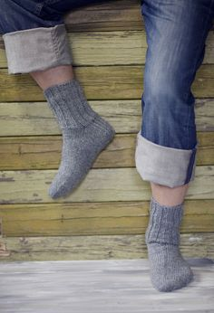 Socks for the whole family worked in Novita 7 Veljestä Brothers) yarn using mm double pointed needles. The pattern provides three shoe sizes: child woman man Diy Crochet And Knitting, Easy Knitting Patterns, Double Knitting, Wool Socks, Knitting Socks, Hand Knitting, Sexy Socks, Patterned Socks, Knitting Videos