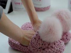 Idee regalo: Pantofole all'uncinetto   MAMMA E CASALINGA Crochet Hooks, Free Crochet, Diamond Shoes, Dots Fashion, Crochet Abbreviations, Ribbon Yarn, Fur Pom Pom, Pom Poms, Textile Design