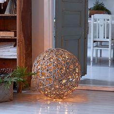 Original et chaleureux : boule lumineuse en rotin