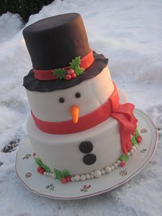gateau noel This would be great for the kids to decorae - A Snowman Christmas cake Christmas Cake Designs, Christmas Sweets, Christmas Cooking, Christmas Goodies, Christmas Snowman, Christmas Cakes, Christmas 2015, Xmas Cakes, Miniature Christmas